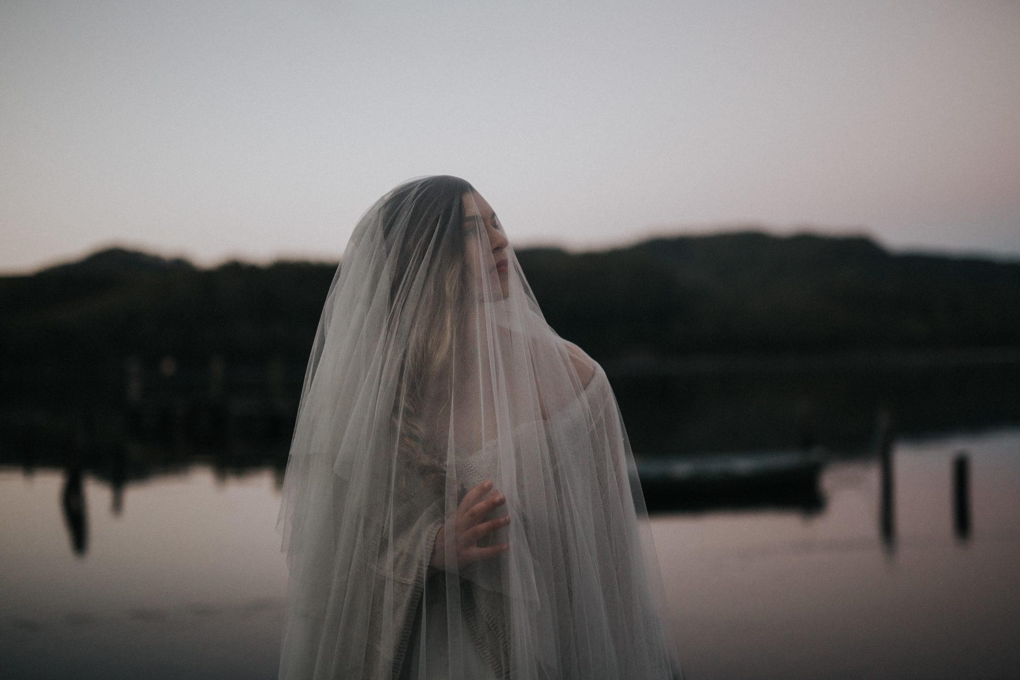 Bride under vail in Captains Rest / Elopement photography